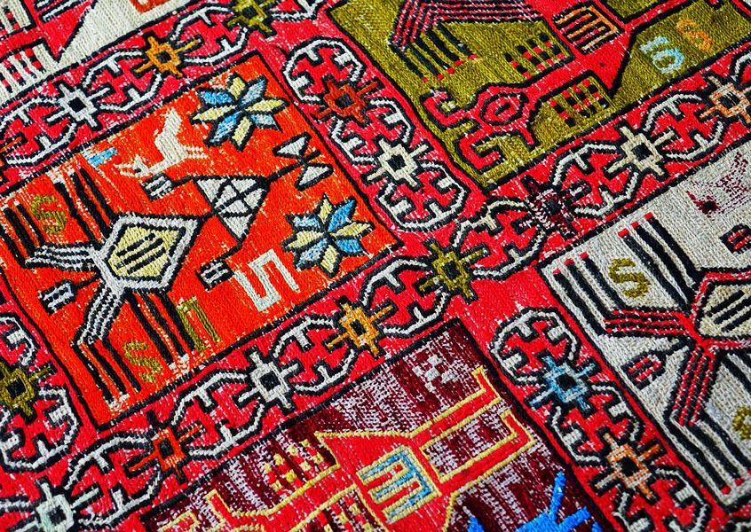 שטיח מרוקאי מהודר בעיטורים מסורתיים